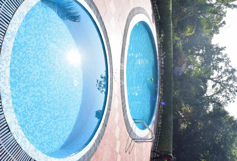 Swiming Pool Jungle Leela Resor